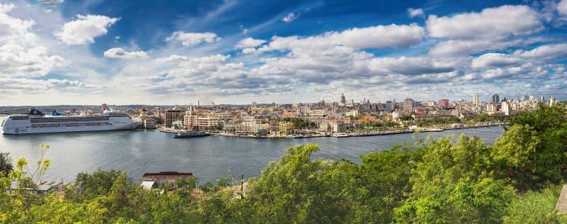 O panorama de Havana com navio de cruzeiros amarrou no porto imagens de stock royalty free