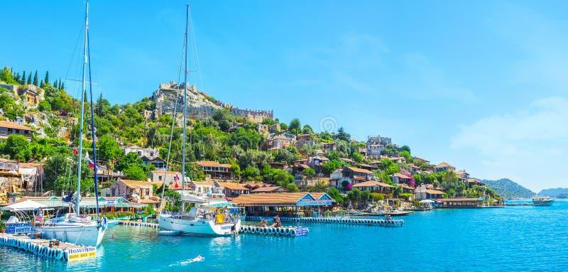 O panorama de Kalekoy com vela yachts, baía de Kekova, Turquia fotografia de stock