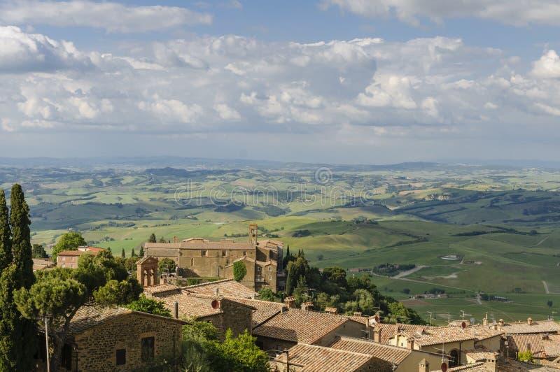 O panorama de Montalcino e Toscânia ajardinam, Itália, Europa imagens de stock