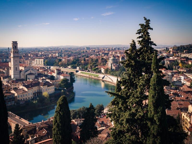 O panorama de Verona cruzou-se pelo rio de Adige foto de stock royalty free