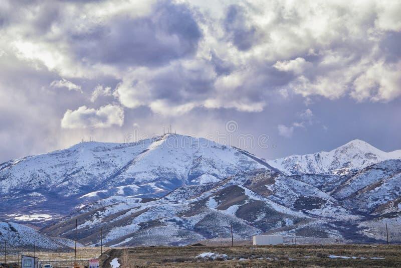 O panorama do inverno da neve da cordilheira de Oquirrh tampou, que inclui a mina de Bingham Canyon Mine ou de cobre de Kennecott foto de stock