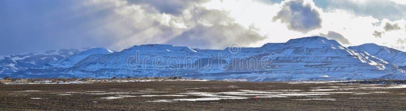 O panorama do inverno da neve da cordilheira de Oquirrh tampou, que inclui a mina de Bingham Canyon Mine ou de cobre de Kennecott foto de stock royalty free
