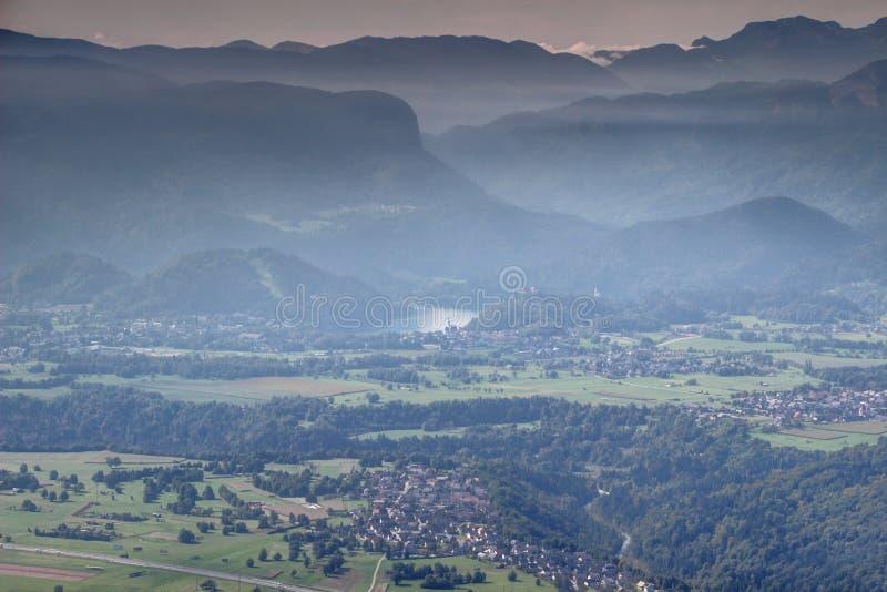 O panorama enevoado do outono do lago sangrou e montanhas circunvizinhas imagem de stock royalty free