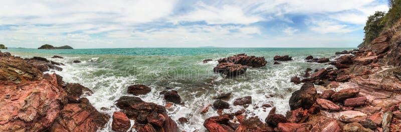 O panorama largo de alta resolução do mar acena o esmagamento em rochas vermelhas fotografia de stock royalty free