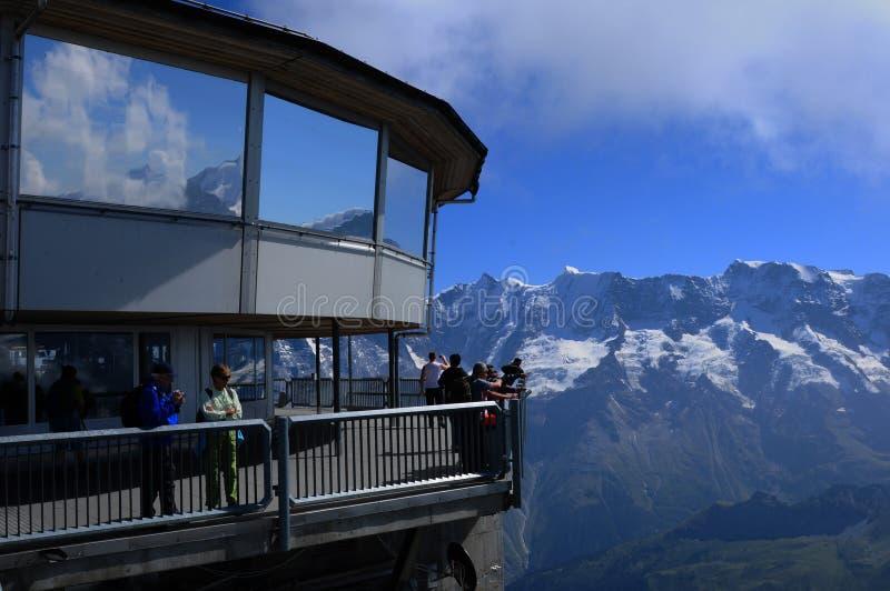 O Panorama-restaurante sobre Schilthorn está girando o degr 360 fotos de stock royalty free