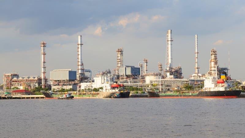 O panorama scen da planta de refinaria de petróleo da indústria pesada ao lado do rio fotos de stock