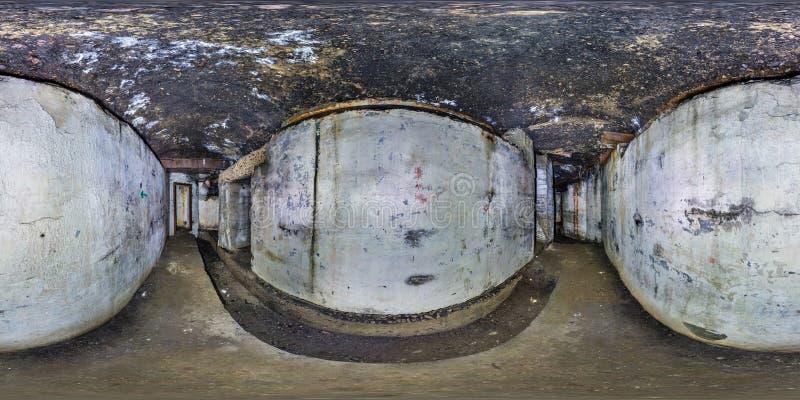 O panorama sem emenda completo 360 graus de opinião de ângulo dentro do arruinado abandonou a fortaleza subterrânea militar dos c fotos de stock royalty free