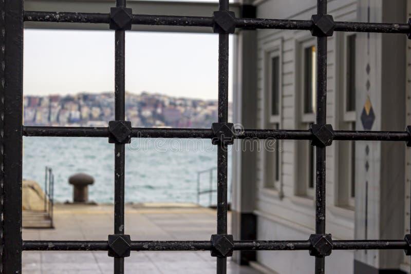 O panoramo de Istambul Bosphorus na doca de Be?ikta? foto de stock