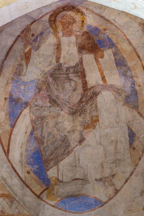 O pantocrator de Cristo aumenta seu assistente, um romanesque antigo m foto de stock