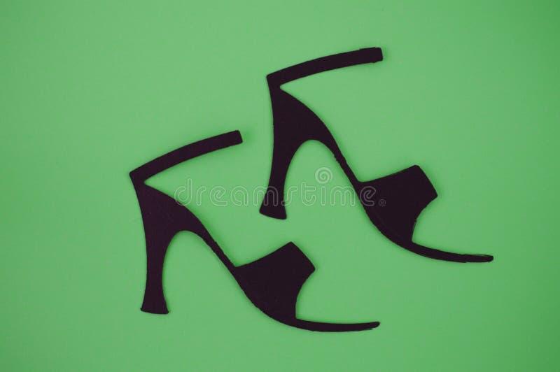 O papel cortou das sandálias das mulheres no fundo verde imagem de stock royalty free