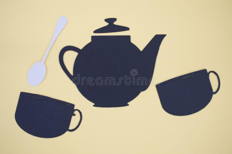 O papel cortou do potenciômetro, dos copos, e da colher do chá foto de stock