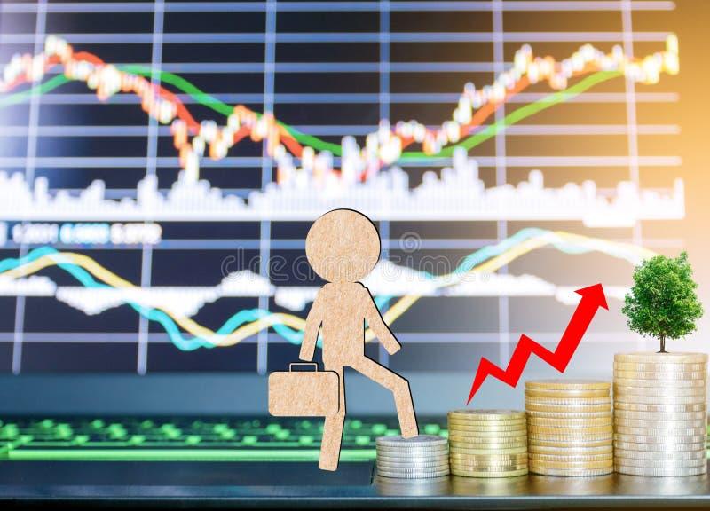 O papel cortou o homem de negócios no portátil os investimentos do projeto de conceito do mercado de valores de ação imagem de stock