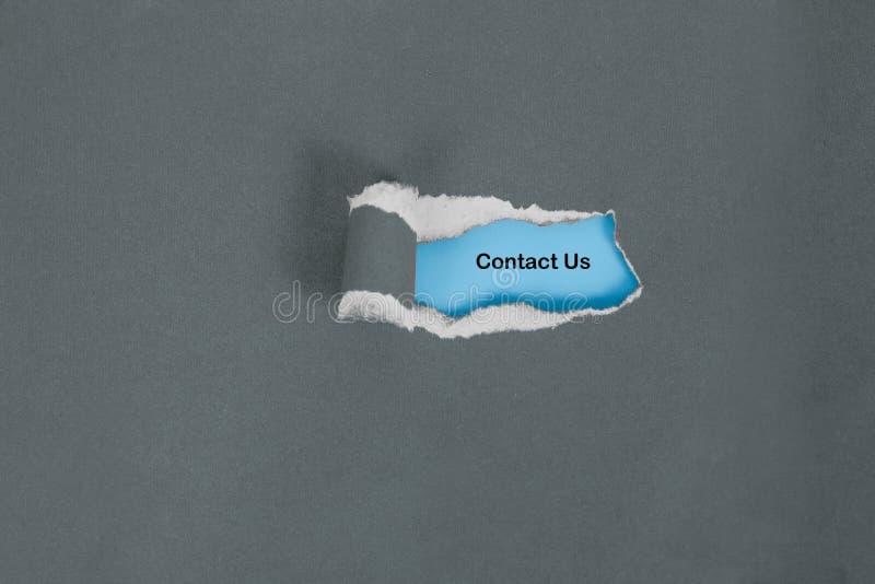 O papel da cor do rasgo a ver contacta-nos texto, negócio fotos de stock