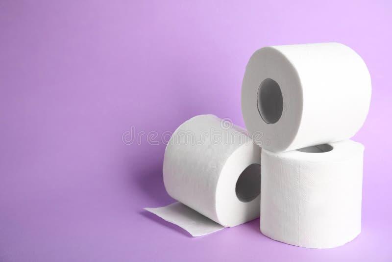 O papel higiênico rola no fundo da cor imagens de stock