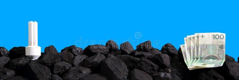 O papel moeda encontra-se no carvão preto foto de stock royalty free