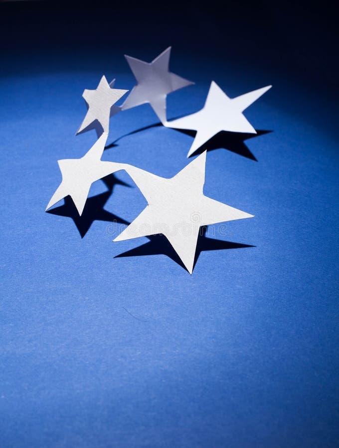 O papel stars o grupo em um fundo da cor imagem de stock royalty free