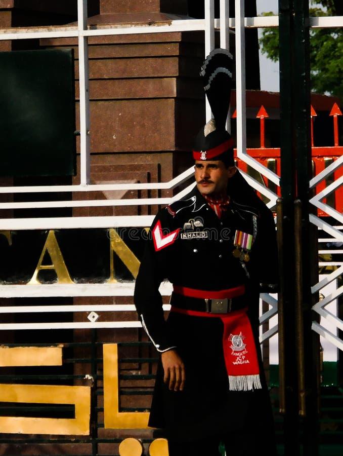 O paquistanês de marcha guarda no uniforme nacional na cerimônia de abaixar as bandeiras Lahore, Paquistão imagens de stock