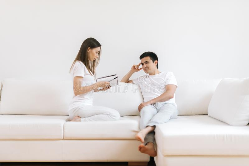 O par é livro de leitura na casa na sala de visitas branca fotos de stock royalty free