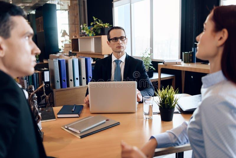 O par adulto obtém divorciado do advogado para o divórcio no escritório de advogado imagens de stock