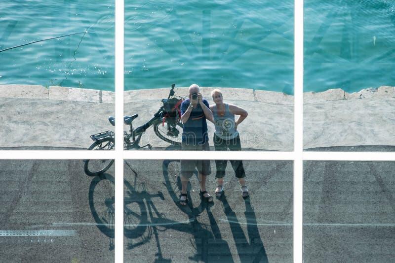O par com bicicletas é refletido nas janelas imagens de stock