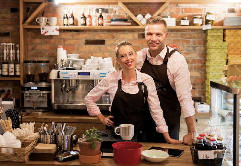 O par começou seu próprio café imagens de stock royalty free