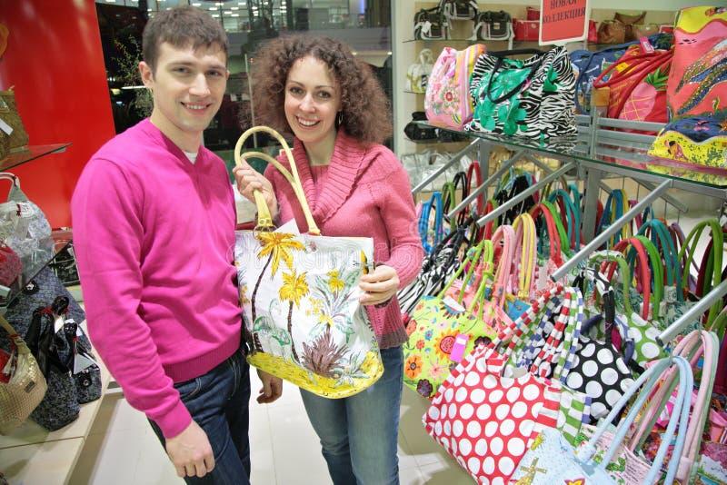 O par compra a mala de viagem na loja imagens de stock