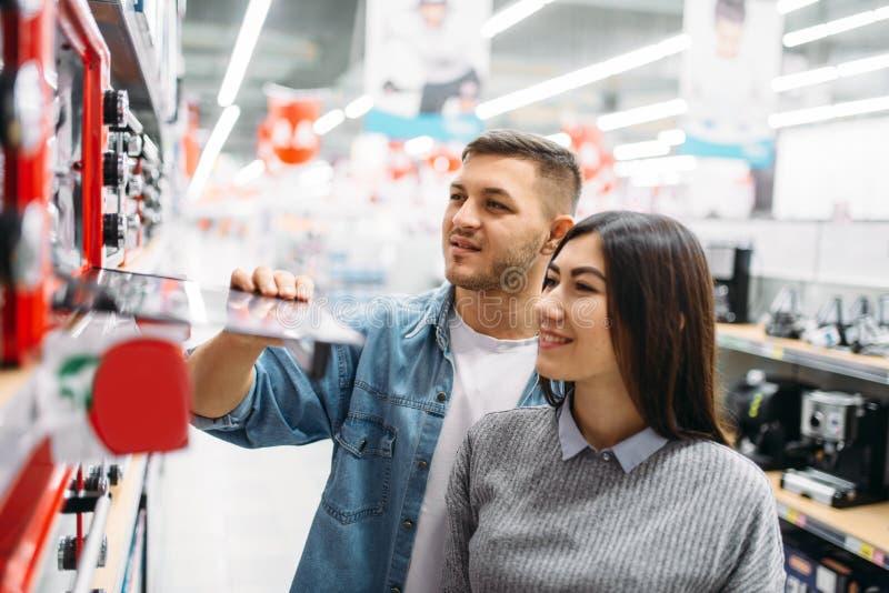 O par compra um forno elétrico em um supermercado fotos de stock royalty free
