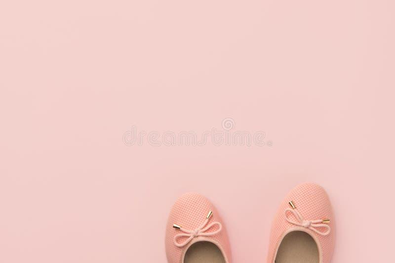 O par de rosa da bailarina da menina das mulheres bombeia planos no mesmo fundo da cor Molde colocado liso minimalista do projeto foto de stock royalty free