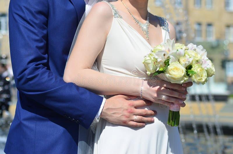 O par do recém-casado está guardando um ramalhete bonito do casamento Fotografia clássica do casamento, simbolizando a unidade, o foto de stock royalty free