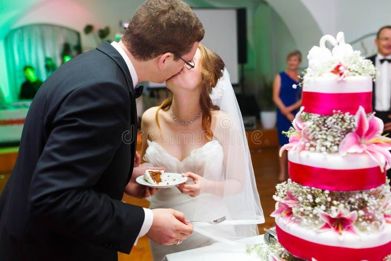 O par está beijando no bolo saboroso surpreendente do fundo decorado fotos de stock royalty free