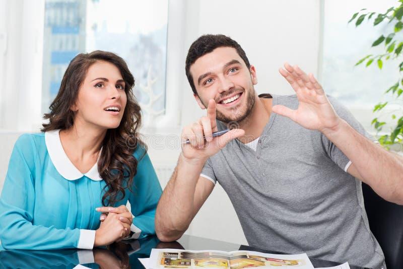 O par está considerando o projeto futuro do apartamento fotos de stock royalty free