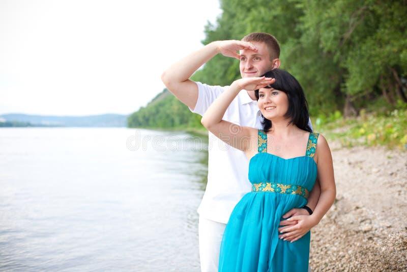 O par está olhando ao futuro imagens de stock