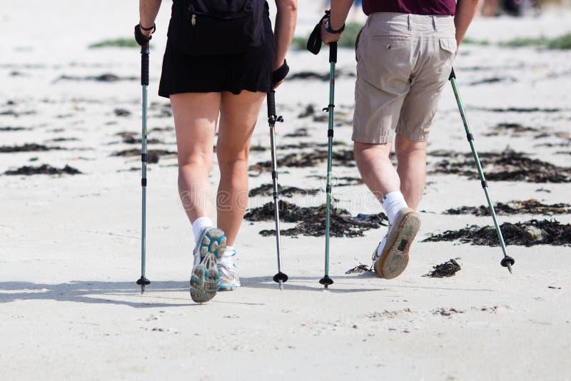 O par faz junto o Nordic que anda na praia fotos de stock