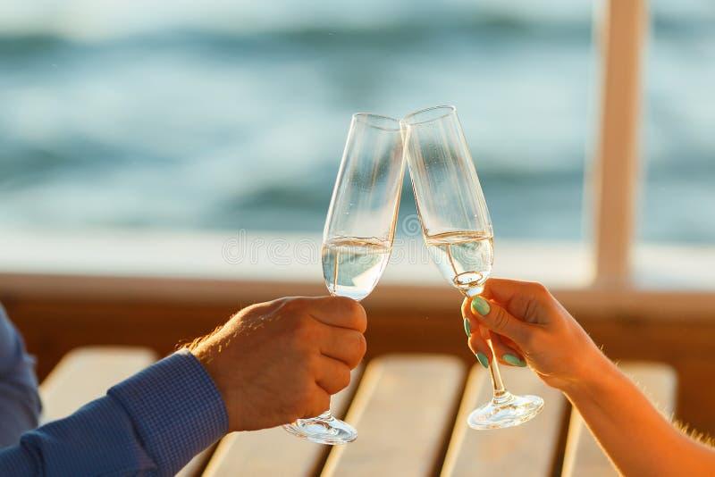 O par feliz bebe o champanhe em um iate fotografia de stock royalty free
