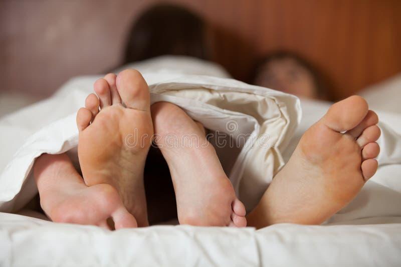 O par feliz dorme na cama fotos de stock royalty free