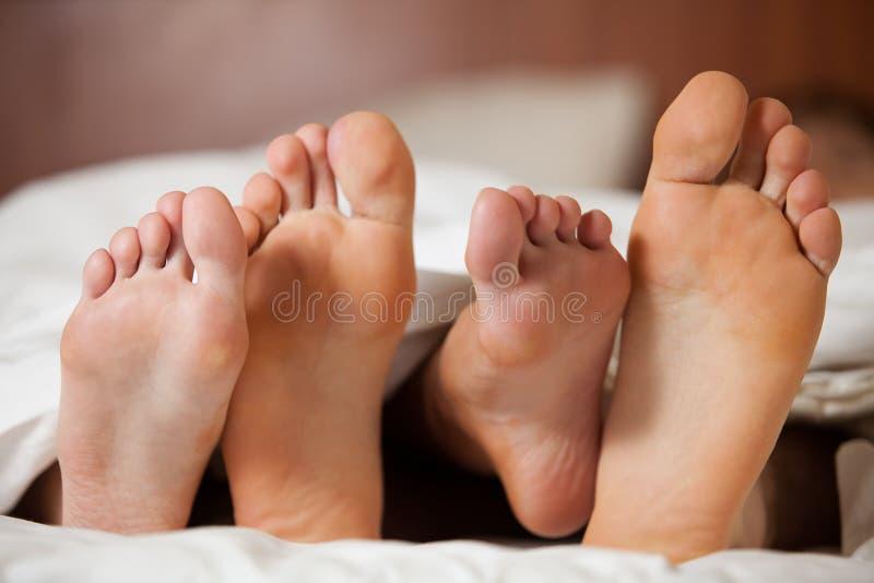 O par feliz dorme na cama imagem de stock