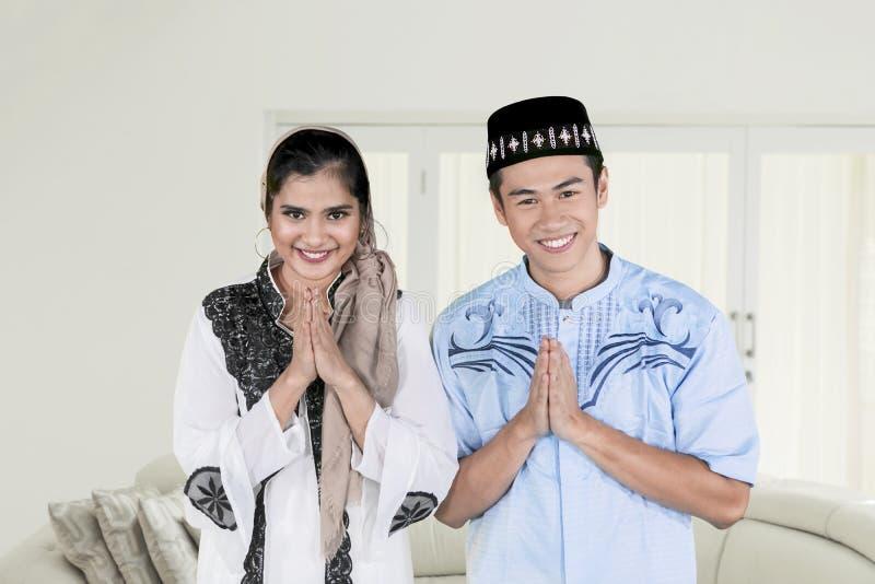 O par feliz muçulmano felicita Eid Mubarak foto de stock royalty free