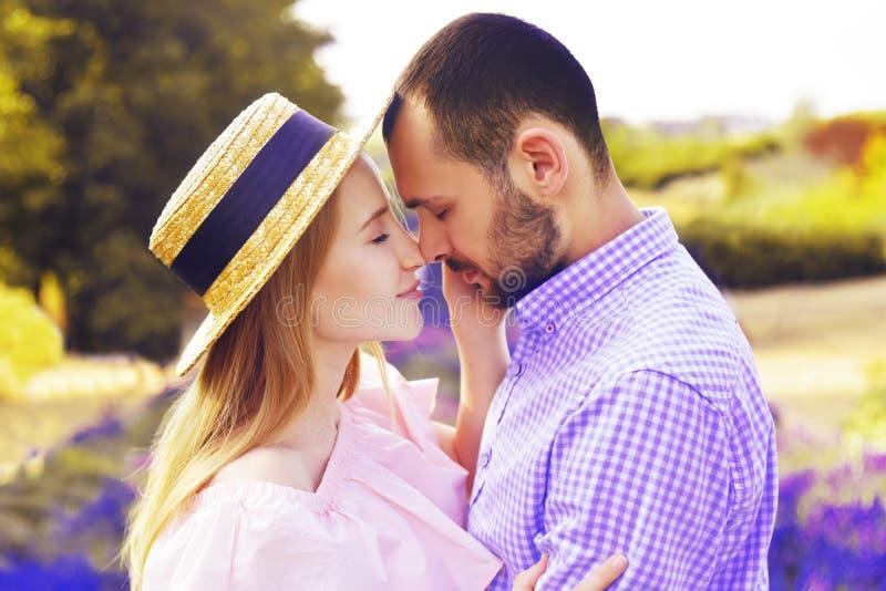 O par feliz novo bonito no amor em um campo da alfazema floresce Aprecie um momento da felicidade e do amor em um campo da alfaze fotos de stock