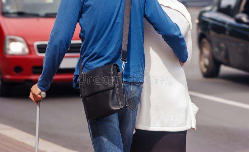 O par idoso está andando ao longo de uma rua da cidade fotografia de stock royalty free