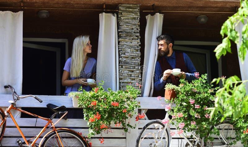 O par no amor guarda xícaras de café fora imagem de stock
