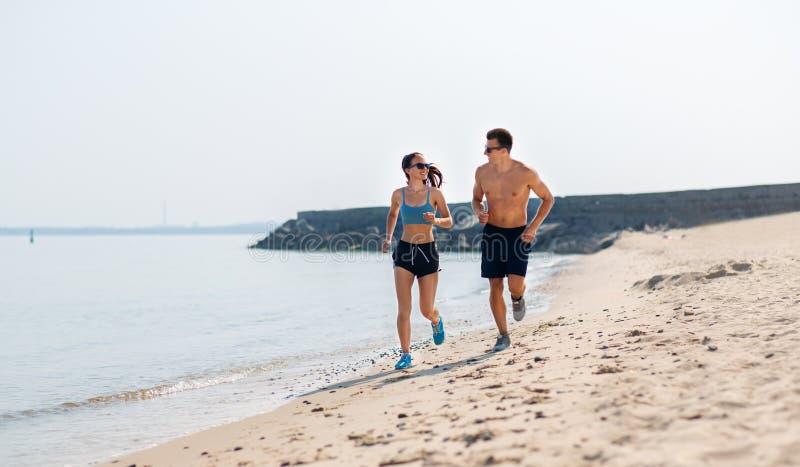 O par nos esportes veste o corredor avante na praia fotografia de stock royalty free