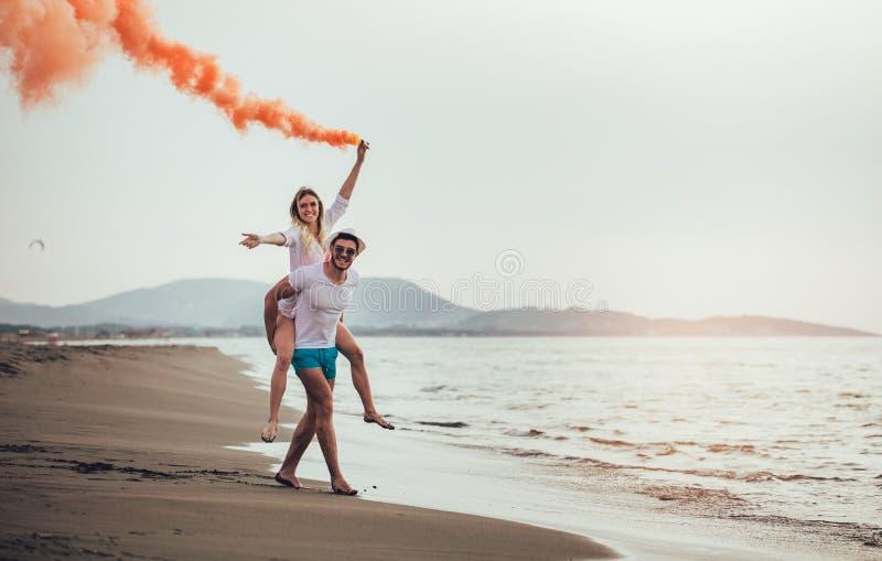 O par novo bonito com bomba de fumo à disposição está estando fora fotos de stock royalty free