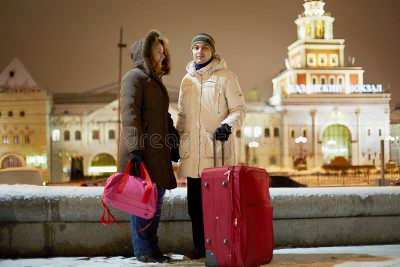 O par novo com o saco vermelho grande do trole está na noite foto de stock royalty free