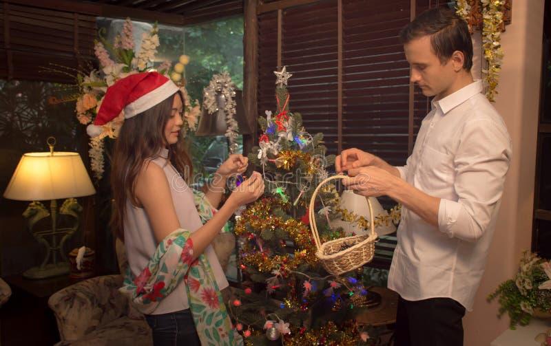 O par novo decora a árvore de Natal em uma casa/conceito imerry do Natal imagens de stock