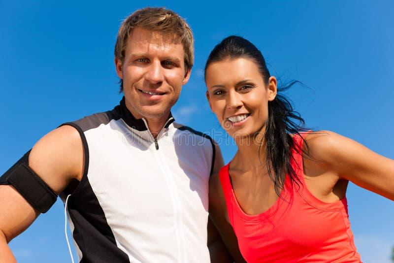 O par novo está fazendo esportes ao ar livre fotos de stock royalty free