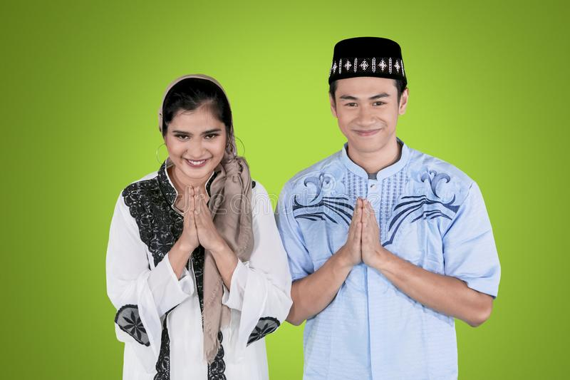 O par novo felicita Eid Mubarak no estúdio imagens de stock royalty free