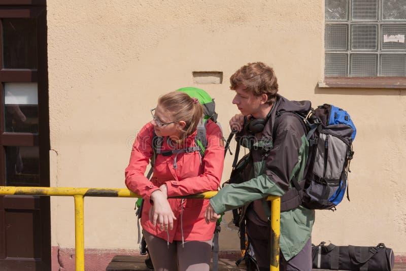 O par novo wating para o trem no estação de caminhos-de-ferro pequeno em Checo fotos de stock royalty free