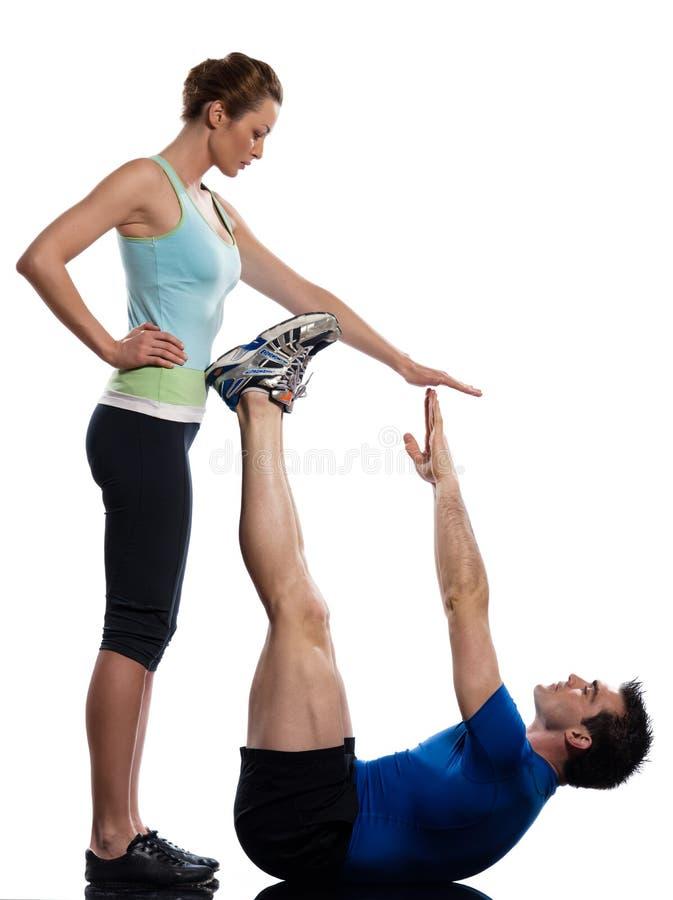 O par, o homem e a mulher o exercício dos abdominals que empurra levantam fotografia de stock royalty free