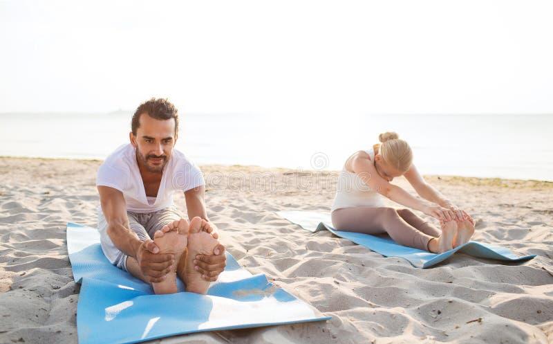 O par que faz a ioga exercita fora fotos de stock