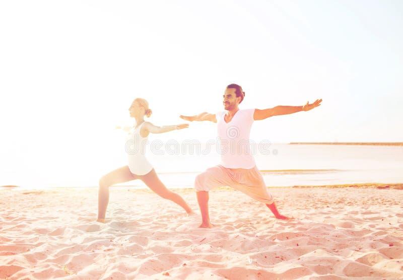 O par que faz a ioga exercita fora fotografia de stock royalty free